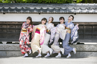 You can easily experience Kimono. Once you walk through  the town with antique Japanese buildings, you get to feel the classic Japanese sentiment. They exhibit classic kimono for a wedding. You may find a sense of Japanese culture.