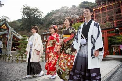 You don't need to bring anything. You can easily experience Kimono. A photographer is available here and the staff will take pictures of you. Let's visit a shrine and enjoy it there with kimono.