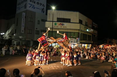 The port of Imari is known for its busy export of Imari porcelain during the Edo period, and Docchan Festival is held to recreate the life of the port through carrying of miniature shrines by women and dance by citizens.