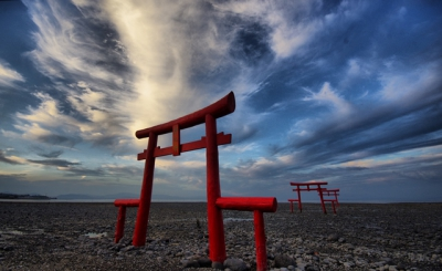 Torii gate of Ouo Shrine stands on the shallow area of the ocean in Tara-cho, which has 6 meter tide difference. It changes its appearance every time you look at it, and it is a famous tourist spot. In August, Yukino Lantern Festival will be held, the view of 500 lanterns and torii on the ocean is very romantic.