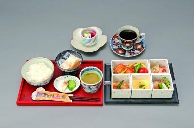 Aritayakigo zen คือ การเสริฟอาหารด้วยเครื่องปั้นดินเผาArita ที่จะทำให้ท่านเพลิดเพลินไปกับความสวยงามของการตกแต่งอาหาร และรสชาตอันเริสรส โดยจะมี Torizaragozen คือ อาหารที่ทำจากไก่ 5 อย่างของArita ซึ่งในเมืองจะมีการเสริฟอาหารแบบนี้แค่5ร้านเท่านั้น โดยทั้งหมดจะใช้วัตถุดิบของเมืองAritaในการประกอบอาหาร บวกกับการใช้ความคิดที่สร้างสรรค์ในการจัดแต่งอาหารให้สวยงาม ท่านจึงสามารถลิ้มรสอาหารที่อร่อยพร้อมทั้งได้ชื่นชมความสวยงามในการจัดแต่งอาหารไปพร้อมกัน นี้คือสิ่งที่ท่านหาได้รับจาก Aritayakigo zen