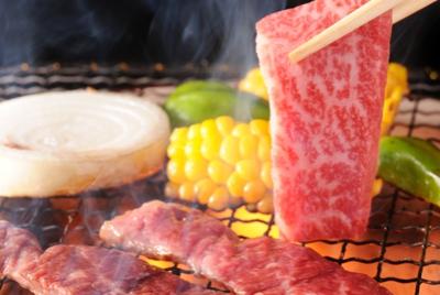 从佐贺站徒步15分,位于S-platz百货楼斜前方的佐贺牛烤肉店「松藏」将为您提供著名牛肉品牌之一的「佐贺牛」料理!在优越的自然环境中饲养的佐贺牛肉质柔软香醇,使我们食欲大增。店里为了能够「对肉考究的到访客人大快朵颐!」,制定了良心公道的价格。◎『松藏套餐』,考究的牛肉+1380日元,就可以加上120分的随便喝,非常划算!店内空间让我们忘记时间尽情享受★店内从一般就餐到请客,可以为您提供各种情况的使用!请一定要来松藏,在这里尽情体验「佐贺牛」「佐贺县产和牛」的美味!