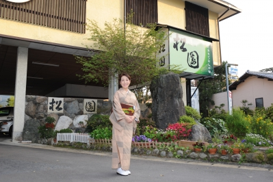 A friendly ryokan with retro Showa atmosphere. The quality of hot spring is good, there are Public Bath, Open-air Bath and Open-air Family Bath available. The baths inside the rooms with water flowing directly from the hot spring source is very popular as well. The food made using seasonal ingredients are very delicious. Everyone from small babies to seniors are very pleased, as the meals are served inside the room.