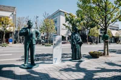 The full-size monument of 25 great figures related to Saga, who actively participated in various fields around the end of Edo period and Meiji Restoration were set up at 9 places on the central street of Saga City according to the
