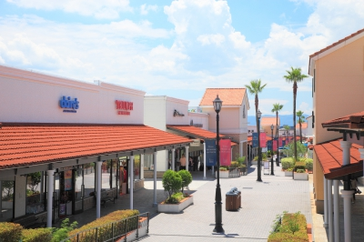 The biggest Outlet Center in Kyushu area, gathering 150 famous shops from in/outsides of Japan. Buildings are in Spanish colonial style popular in Southern California, which look beautiful with fresh air and shining sun.