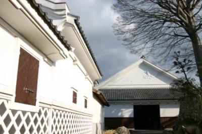 創業300年以上の日本酒メーカー、当主は11代目。  主屋、酒蔵など国の登録有形文化財と佐賀県遺産に認定です。冬期は酒造り現場も見学出来ます。また有料試飲(500円で3種類)も楽しいです。  ケヤキの大樹の下、白壁土蔵が映える中庭は日本の歴史を感じる風格あります。