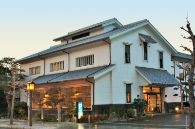 Tourist spots such as Karatsu Castle, Former Takatori's Mansion and Hikiyama Exhibit Hall can easily be accessed from this restaurant. The interior of the restaurant is bright, and all the seats are sunken kotatsu style. We serve Yobuko squid, Saga beef and other specialty specialty dishes of Saga.