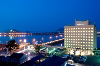 This elegant hotel is featured in Michelin guide 2014 and faces slowly streaming Matsuura River. The guest room on the riverside command a beautiful view of Karatsu Castle, Nijino Matsubara Pine Woods and others. The hotel features a large bath room for staying guests.