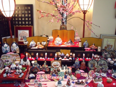 This is an event to celebrate Hinamatsuri (Girl's Festival) by displaying porcelain hina dolls which are unique to Arita. Meissen porcelain hina dolls made by Kakiemon (a famous pottery master) and the world's largest porcelain hina dolls will be exhibited at the event. In spring, Arita porcelain hina dolls will decorate the shops and kilns in Arita, and restaurants in the area will serve special menus (limited-time offer).