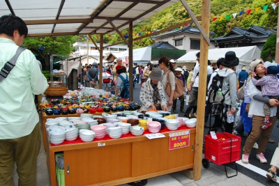 More than a million people come to enjoy this ceramic fair every year. About 450 pottery shops open along the street (about 4 kilometers long) stretching from Kami Arita Station to Arita Station. There will also be various events such as the local gourmet fair and the table coordination exhibition.
