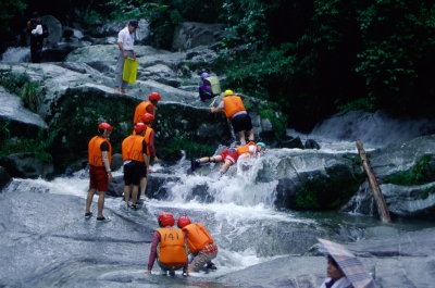 In this event, participants will try to reach the goal by walking, swimming and climbing in the nature located along the downstream of Kan'non no Taki Falls. Registration is required to participate in the event.