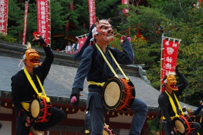 It is an event held in Kashima-City, where the most number of traditional arts remain in Saga. Performers from all over Saga will gather on the grounds of Yutoku Inari Shrine to share various traditional arts such as Memburyu.