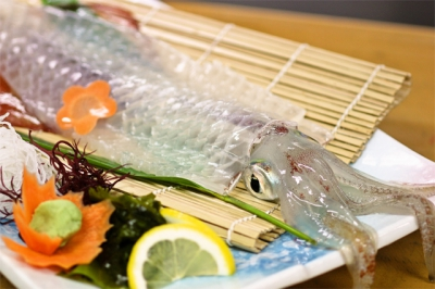 Kabeshima is a live fish restaurant commanding a beautiful view of the Genkai Sea. While looking at the ocean, enjoy the beautiful music played by the ocean waves and fresh seafood to your heart's content.