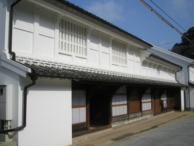 The former Nakao Residence is the remains of the former residence of the Nakao family who gained enormous wealth as a owner of a whaling group through whaling during the Edo period until the beginning of the Meiji era.