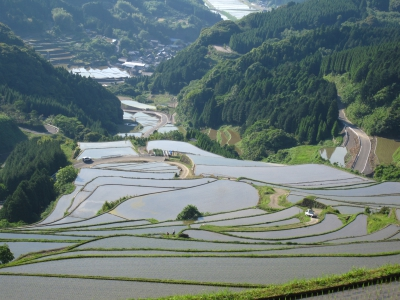 The terraced rice fields of Warabino, known as one of the best 100 terraced rice fields in Japan, spread in the shape of a folding hand fan on the northern hillside of Mt. Hachimandake located almost in the center of Saga.