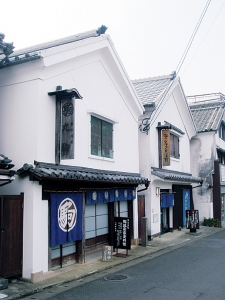 This museum was set up in the renovated white-walled buildings that was originally owned by the Inuzuka family known as the famous pottery merchants. You can learn  how they lived in the old days and enjoy the old Imari Ware exhibited.