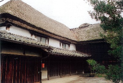 The successive heads of the Maeda Family used to succeed the position of the village headman of the Imari Area back in the Edo Period. The site of this mansion is about 3300 square meters and the main residence was built in the late Edo Period. The wooden house with thatched roofs was built in Kudo style often seen in old houses in Saga. And, considering the site is 291 square meters, it is one of the largest houses in Saga . which is typical among many old houses in Saga.