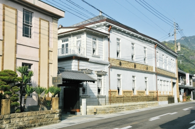 Built in the Meiji Era, the Arita flagship store consists of a showroom on the 1st floor, where our products are displayed and sold, and a pottery exhibition room on the 2nd floor, where Koransha's products from the Meiji and Taisho Era are displayed. 