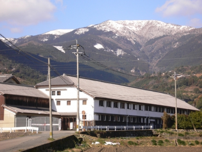 Tenzan Shuzo located in Ogi city, Saga, a city known as Petit Kyoto of Kyushu, has been in sake brewery business since 1875. The warehouse from the Meiji, Taisho and Showa periods have been registered as Japan's Tangible Cultural Properties.