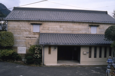 We collect and exhibit mainly Arita Ware. At this museum, customers can see the documents related to the time when Arita pottery business started, and also pottery pieces of Koimari, Kakiemon, Ironabeshima and so on. 