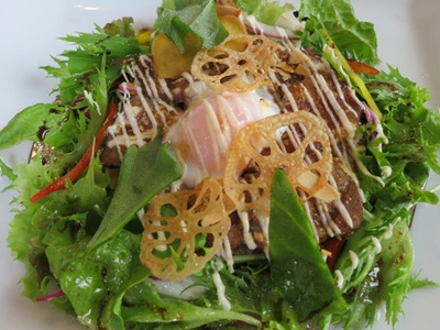 This is a slow-food restaurant serving dishes made with ingredients carefully produced in Saga by selected producers such as Mr. Katsuhiko Takedomi, who was the first to receive the