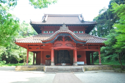 This is a temple of Confucius, where the soul of Confucius, the founder of Confucianism, is enshrined. It is one of the oldest Confucius temples in Japan along with the ones in Tochigi and Okayama and designated as an important cultural property by the national government. Every year, the traditional ritual event for consoling the souls of Confucius and his disciples (called Sekisai) is held twice in spring and autumn.