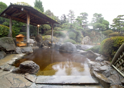 Welcome to a Japanese style hotel, Warakuen located just next to the river in Ureshino Onsen. Here you can enjoy their special onsen such as Japan's first open-air bath using local special green tea,