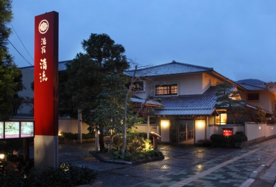 Yushuku Seiryu is a hot spring inn house in a two-story Japanese style building with a spacious garden. There are 25 guest rooms of Japanese, Western and semi-Japanese style that you can choose from. With reasonable room rates, this inn is perfect for a casual stay.