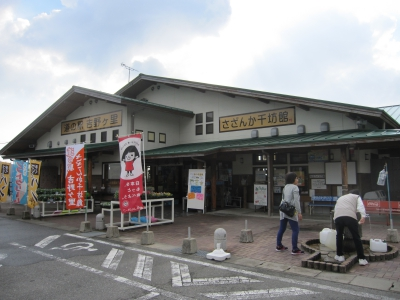 Roadside Station Yoshinogari is located beside Route 385 at the prefectural border with Fukuoka.