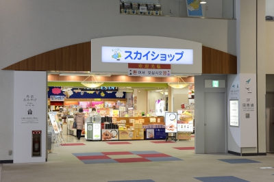 You can purchase Saga's specialties and souvenirs at ANA FESTA, Muraoka Souhonpo, Takumi No Mise, Saga Koubou, and Saga Kukou Ichibankan located in SKYSHOP on the 2nd floor of KYUSHU-SAGA Internationa Airport. If you are looking for Saga's nori seaweed, Arita ware, sake or sweets, please stop by at KYUSHU-SAGA International Airport SKYSHOP.