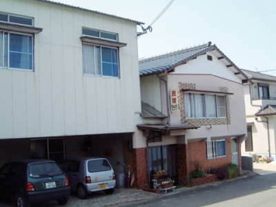 This guesthouse run by a family has a home-like atmosphere located in the nature rich Genkai-cho. The Country-Side Experience Package is available as of this year for a hands-on experience. 