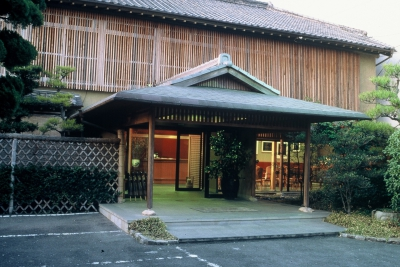 Appearing traditionally Japanese yet combined harmoniously with Westernization, the 126 year old, historic Akebono Inn serves its local, traditional cuisine on dishware made by the local artists, for whom Saga is proud of.