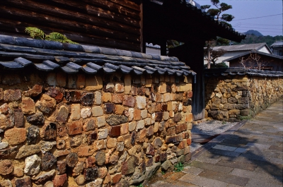 Tombai walls are made by cementing waste firebricks (tombai), which were used to build a climbing kiln, kiln tools and potsherds, with red clay.