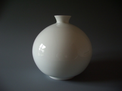 We exhibit works of Manji Inoue, who is a pioneer of white porcelain, an expert of potter's wheel molding for Arita ware and also a Living National Treasure of Japan.