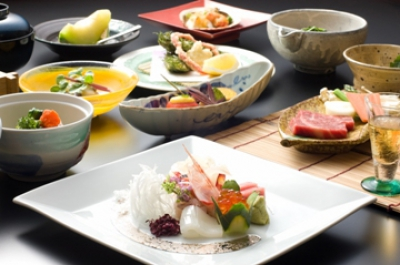 We started our business in 9th year of Taisho era. We aim for a seasonal food such as a local coilia nasus, Tuna fish from Tsukiji market, crabs from Hokkaido, we serve dishes from the home of each food.  We will welcome you in with seasonal taste at East of Sagaheiya, Home of Creek.