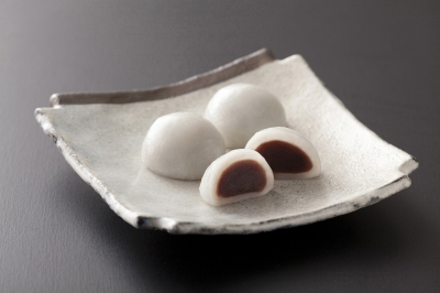 At Sagakawakamikyo, our shop has been running since 15th year of Meiji era, we serve a particular product called Shiratama Manju.