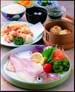 일본최초의 바다에 떠 있는 레스토랑 만보우. 천연 수조에서 헤엄치는 오징어를 비롯하여 생선요리는 신선 그 자체. 명물 이카슈마이도 단연 일품입니다. 최고의 추억이 될 이 곳에서 꼭 한번 요리를 즐겨 보세요.