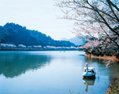 This reservoir pond was created for farmland irrigation in 1625 and has the largest water storage capacity in Takeo Area. The surrounding area has been maintained as a rest spot for the locals and there is a hot spring facility available.