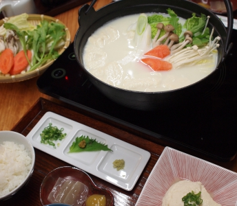 This is a long-established tofu restaurant with a history of 60 years. Not only Onsen Tofu that is specialty of Ureshino Onsen but also variety of sweets such as Hirakawaya parfait made with Kure Tofu, Soya soft ice cream, Tofu dumplings and so on are very popular too.