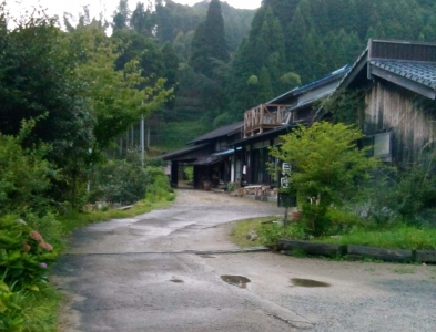 This is the first farm-inn in Saga Prefecture housed in a renovated old barn. It was found in order to let more people to know the attraction of a country-side,.  The bath is Goemonburo-style (where the water in the bath tub is heated by direct fire), and you can try your hands on splitting wood and making fire to heat the bath. Here you can also enjoy making a pizza in a pizza oven and in summer, picking blue berries.