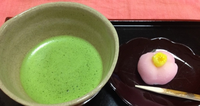 We are serving Japanese sweets, fresh vegetables, coffee, Japanese tea (Matcha) and curry. 