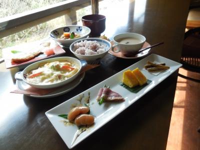 <ร้านอาหาร Saryo Kaze no Kamae> เราเปิดบริการช่วงกลางวันเฉพาะลูกค้า 5 กลุ่มต่อวันเท่านั้น ด้วยอาหารที่มีประโยชน์ต่อสุขภาพและใช้ภาชนะเครื่องปั้นดินเผาอาริตะ