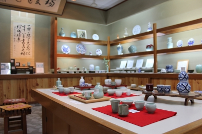 This kiln is producing mainly Nabeshima Celadon Porcelain handmade by the craftsmen. For the tableware, unleaded paints are used for safety.