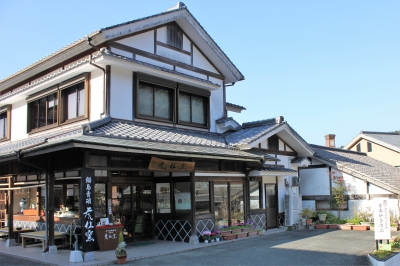 This café is annexed to the gallery of Kosen Kiln in Okawachiyama. Surrounded by the relaxing green and trees, please spend a relaxing time while having a piece of hand-made cake and a cup of coffee with