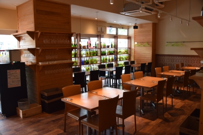 This bright restaurant with natural atmosphere is very welcoming. There is a great selection of wine from all over the world and various kinds of alcohol drinks. Whether you casually drop by and have a sip or drink a lot, you can spend a relaxing time.