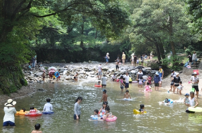 The stream running through the site of Azumaya Shrine in Tosu city turns into a natural swimming pool during summer. The excited voices of children echo in the shrine site, with the cool refreshing sound of the waterfall ceaselessly falling down in the background.