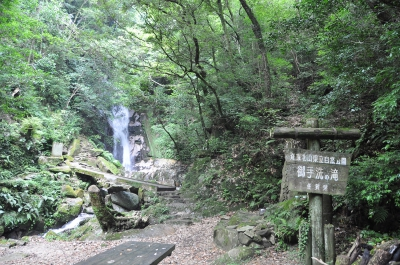 Ochozu No Taki Falls located at the southern foot of Mt. Kusenbu is a beautiful waterfall which is 22 meters high. Its cold and beautiful stream is great for summer. Kajika frogs croak and also salamanders living here.