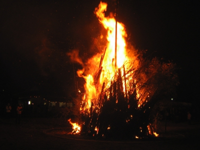 When the priest put the wood piles on fire, it quickly grows into a 10-meter tall pillar of flame, which is said to purify sins and corruptions in our souls. Visit the