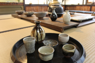 We make tea bowls and tableware of traditional Karatsu ware and sell them at the showroom. 