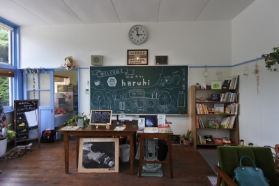 Kasuga Branch School abolished in April, 2002. We felt that it was such a waste not to use this school surrounded in rich natural environment, and it should be utilized somehow. This is how the idea started. After having many twists and turns, this school change into a cafe called